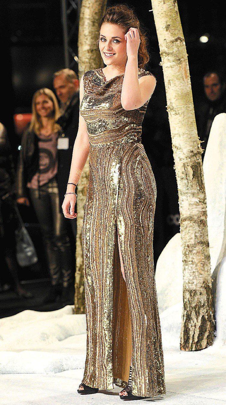 暮光女史都華無論是穿上洋裝、禮服或是高級訂製服賣弄風情,甚至是跟前男友Rober...