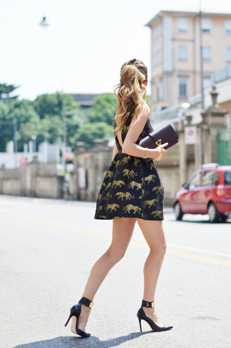 選對圖騰顏色,深色洋裝也可以很輕盈。圖/she.com Taiwan提供