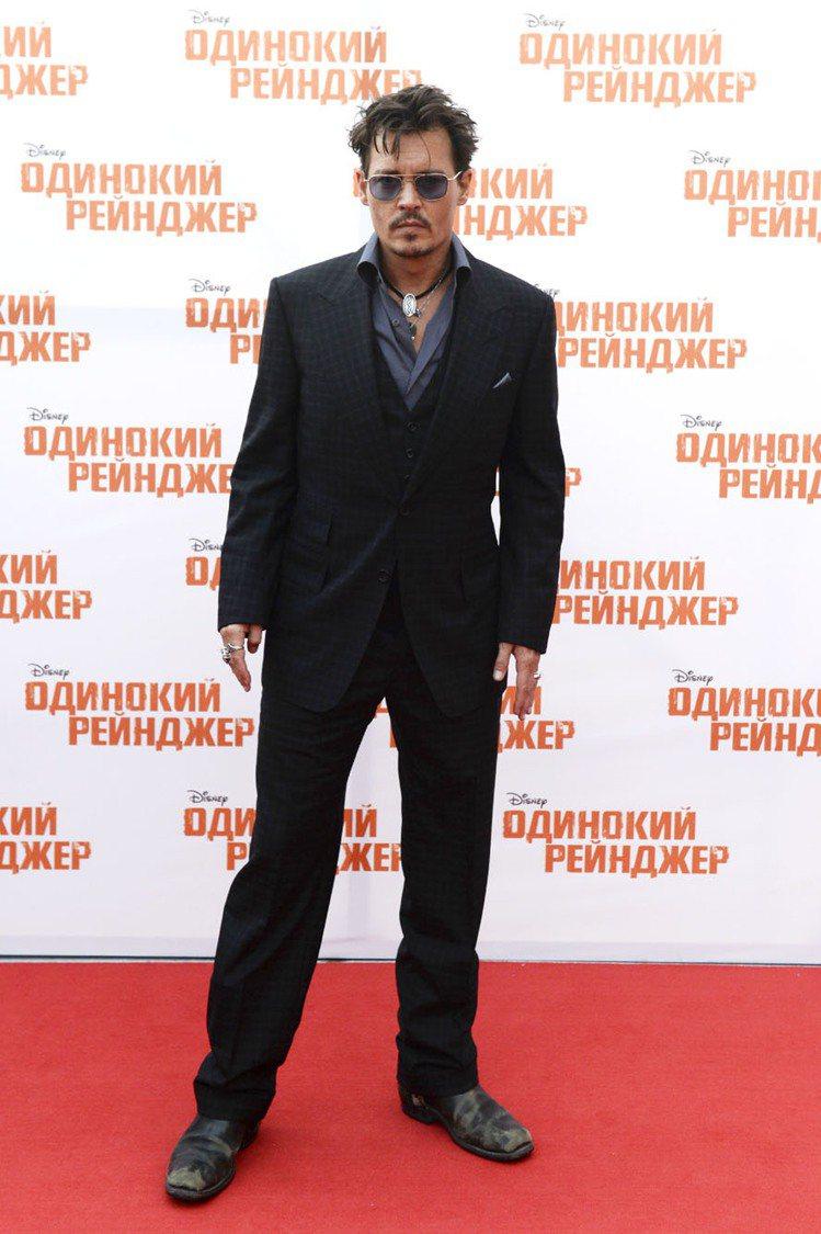 最近換回短捲髮造型的強尼戴普,出席電影宣傳活動時的服裝造型好像比以往更穩重了些,...