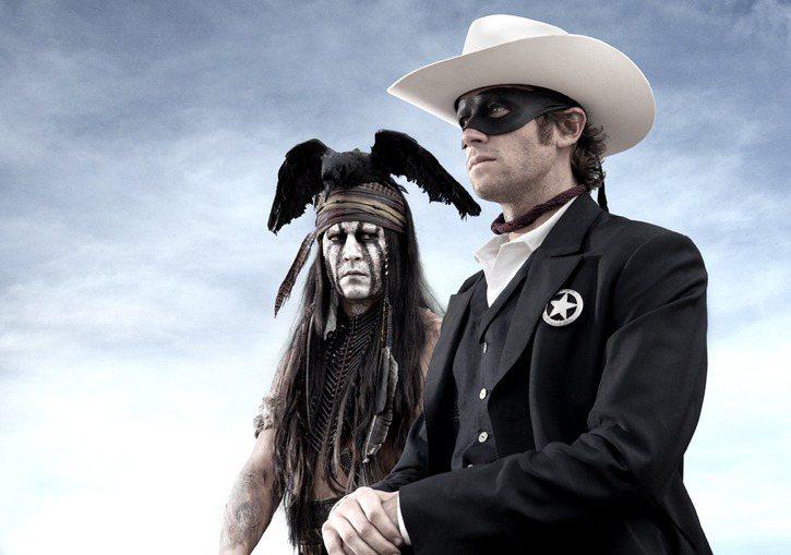 強尼戴普在新片《獨行俠》中依然不改愛玩的本色,塗上白臉扮印地安人,和艾米漢默(右...