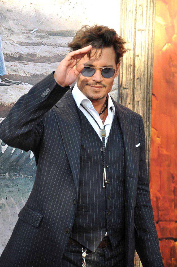 強尼戴普以短髮藍色墨鏡造型現身《獨行俠》首映典禮,加州冒險樂園引眾多粉絲圍觀。記...