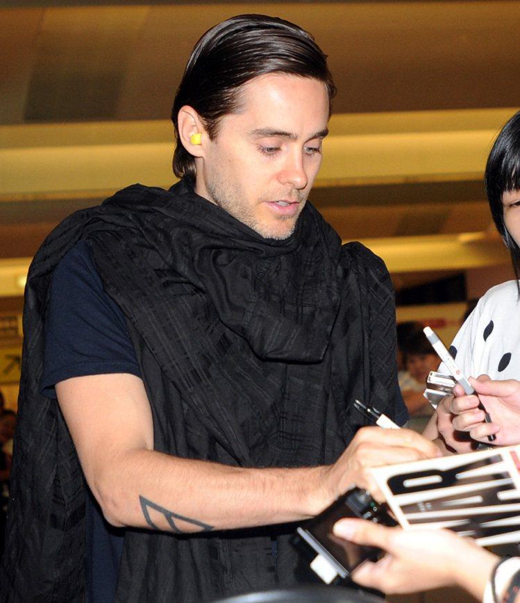 「30秒上火星」曾來台,主唱傑瑞德雷托在機場親切為接機粉絲簽名。記者盧振昇/攝影