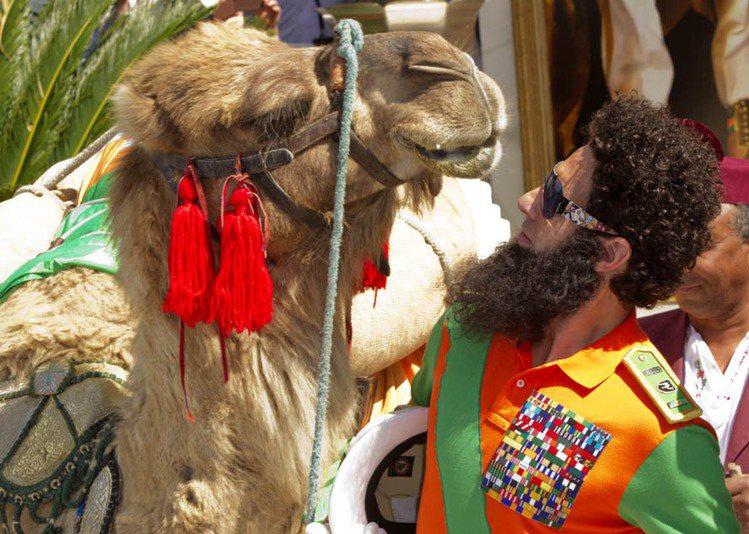 薩夏拜倫柯恩騎駱駝現身坎城影展,殺光所有媒體底片。圖/美聯社
