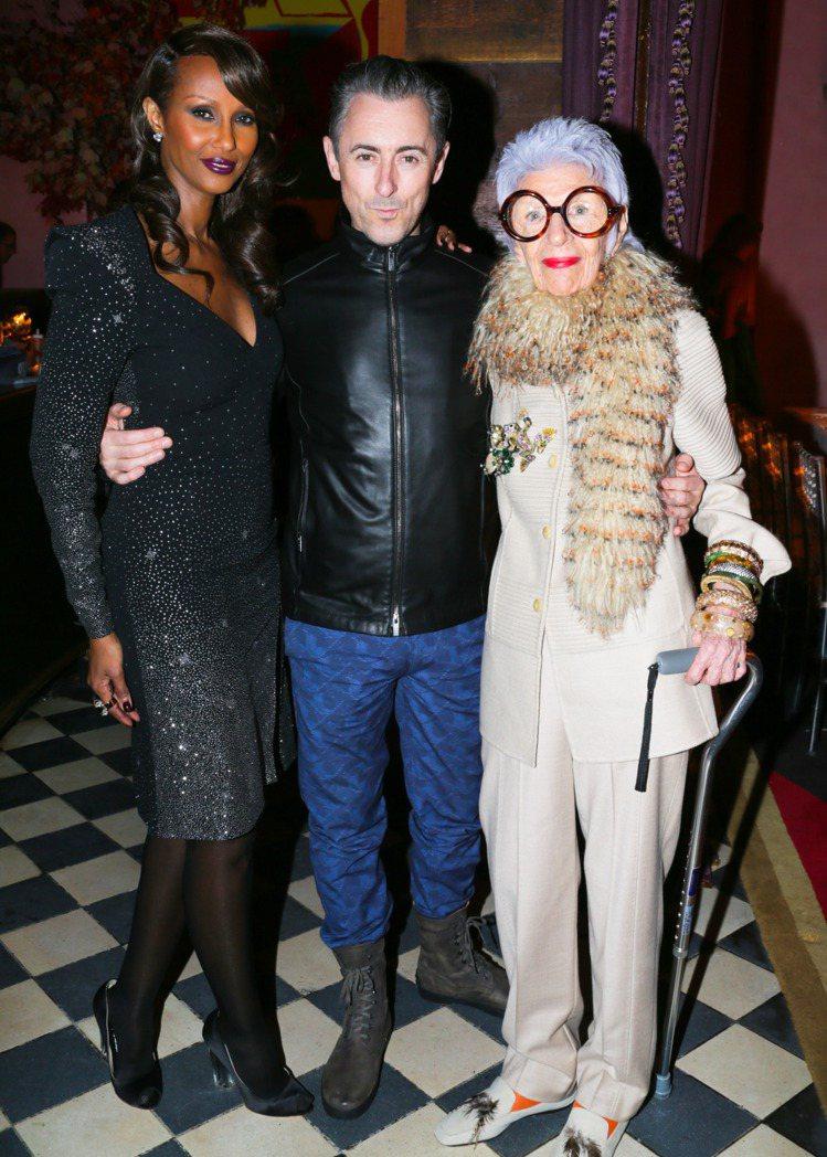 (左起)超模Iman、艾倫康明、時尚阿嬤Iris Apfel參加時尚誌派對。圖/...