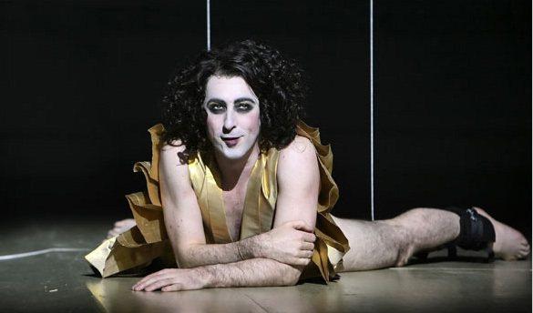 08年艾倫康明在歌舞劇《The Bacchae》中飾演酒神,捲髮搭大濃妝的樣貌配...