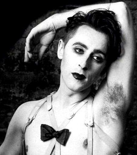 艾倫康明在1993年、1998年兩度上映的百老匯音樂劇《Cabaret》中飾演酒...