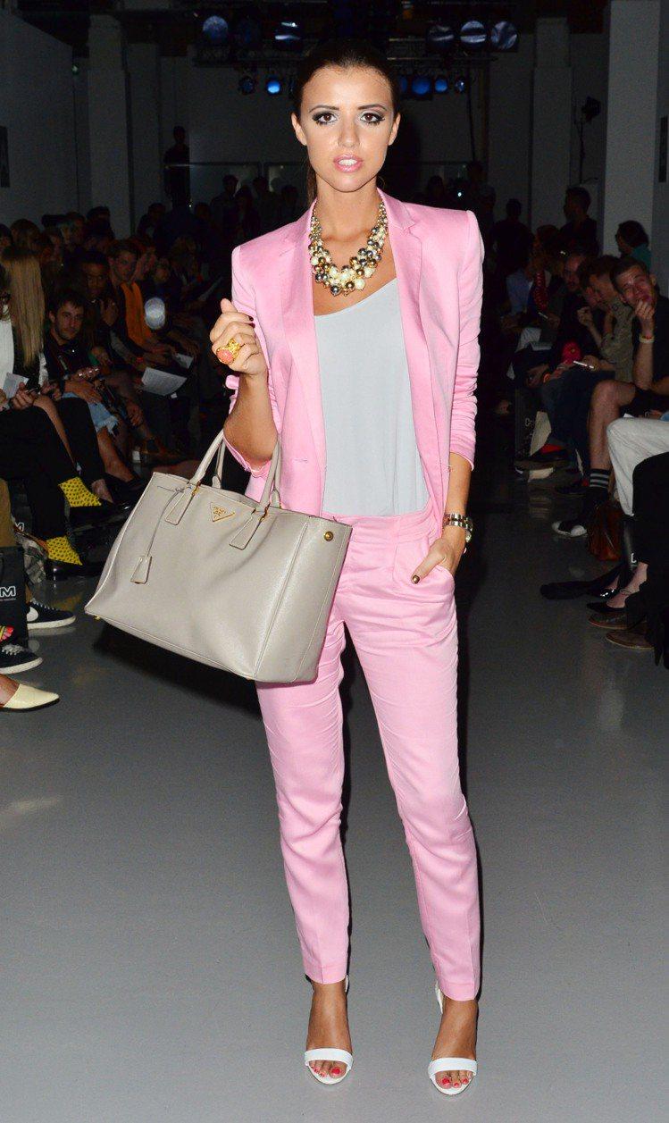 Lucy喜歡選擇亮色系服裝,像是螢光粉亮橘色等等來搭配她的小麥色肌膚。圖/達志影...