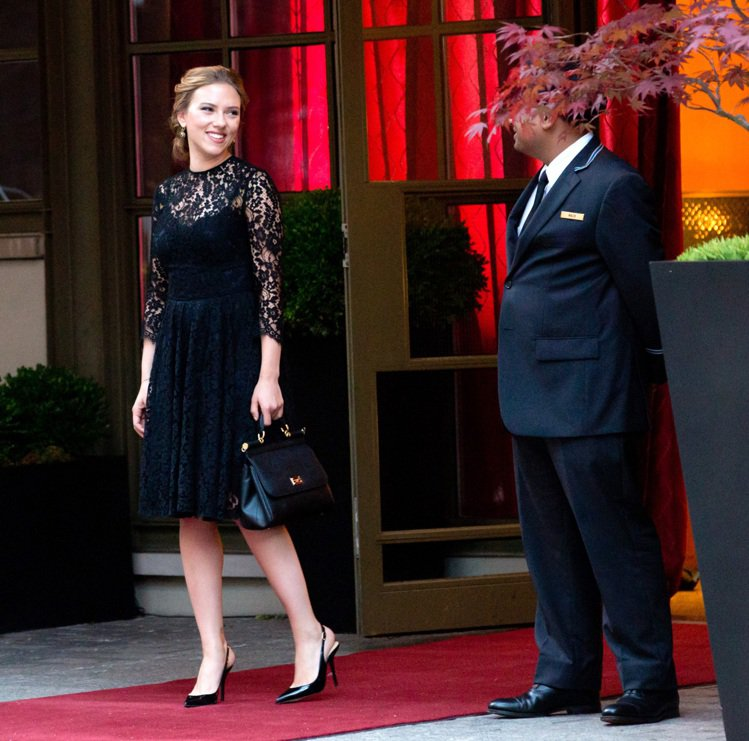 史嘉莉喬韓森為精品 Dolce&Gabbana 與馬修麥康納一同演出最新廣告,在...