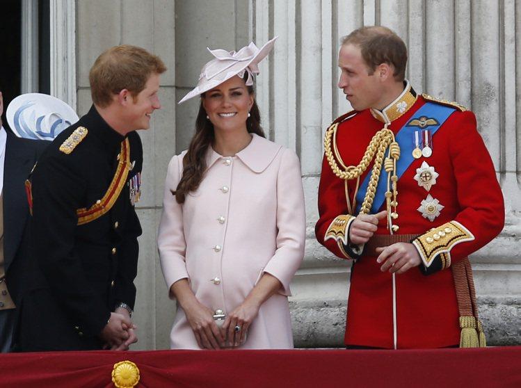 凱特懷孕後習慣用大衣式洋裝來遮住肚子,每次亮相都可以看到她比懷孕前「更正式」的造...
