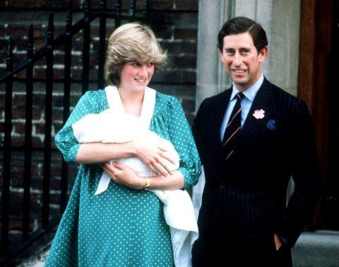 黛安娜王妃與查爾斯王子當年抱著剛出生的威廉王子和大家見面。圖/擷取自huffin...