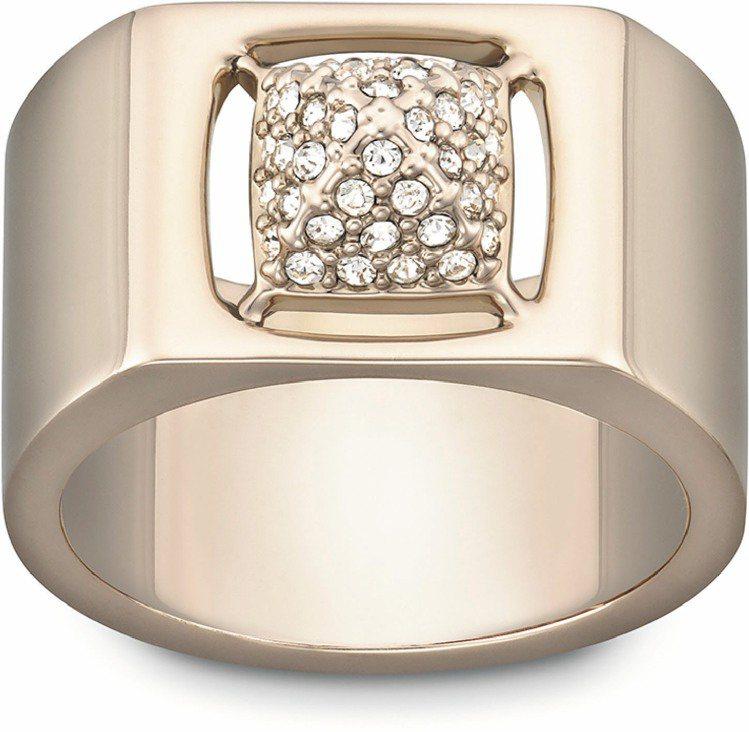 米蘭達蔻兒配戴的TACTIC戒指,5,970元。圖/施華洛世奇提供