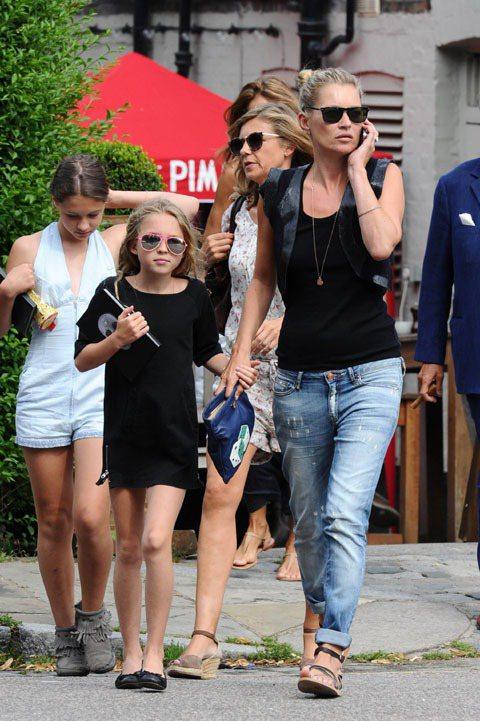 凱特摩絲的女兒莉拉葛麗絲(左)對《穿著PRADA的惡魔》裡安海瑟薇的助理角色非常...