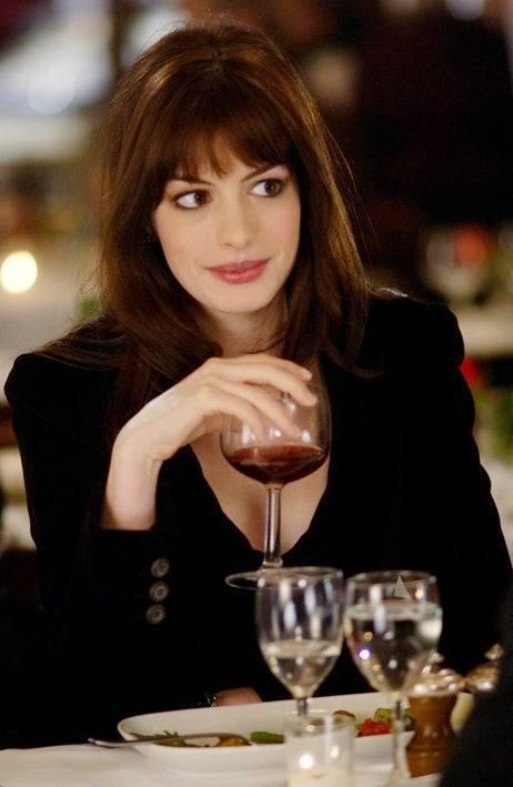安海瑟薇在《穿著PRADA的惡魔》裡飾演吃力不討好的助理。圖/達志影像