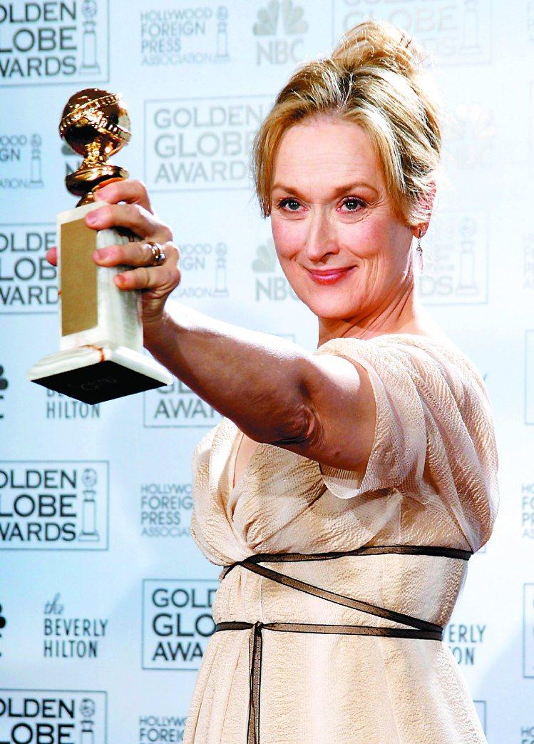梅莉史翠普眾望所歸的以《穿著PRADA的惡魔》在2006年金球獎音樂喜劇類封后。...