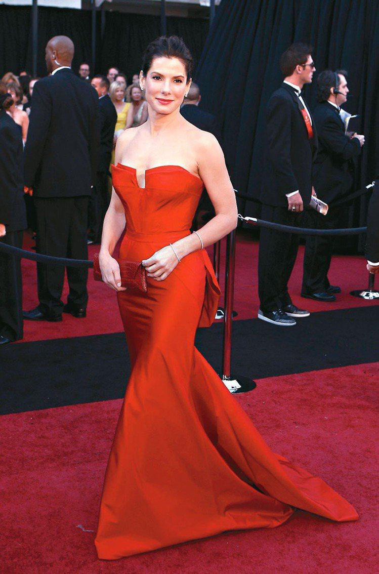 珊卓布拉克經常穿長禮服,不露腿。圖/路透