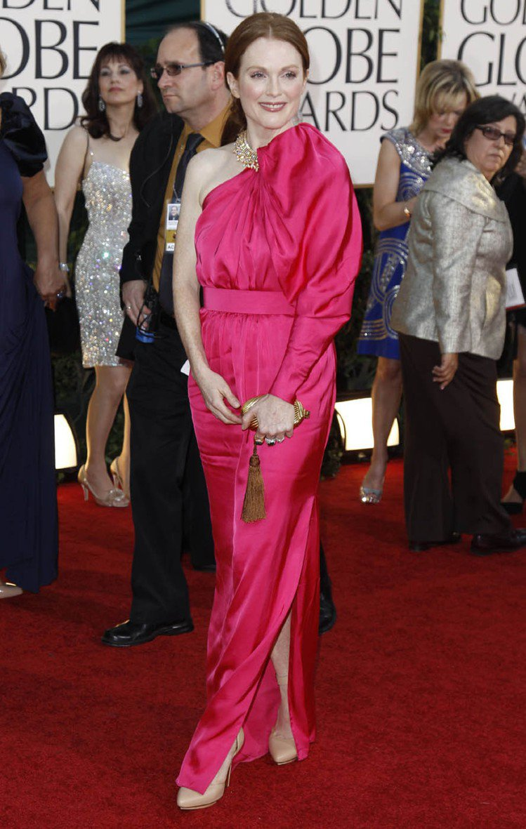 時尚品味一流的茱莉安摩爾是紅毯最佳穿搭榜的常客。圖為她穿LANVIN桃紅色斜肩禮...