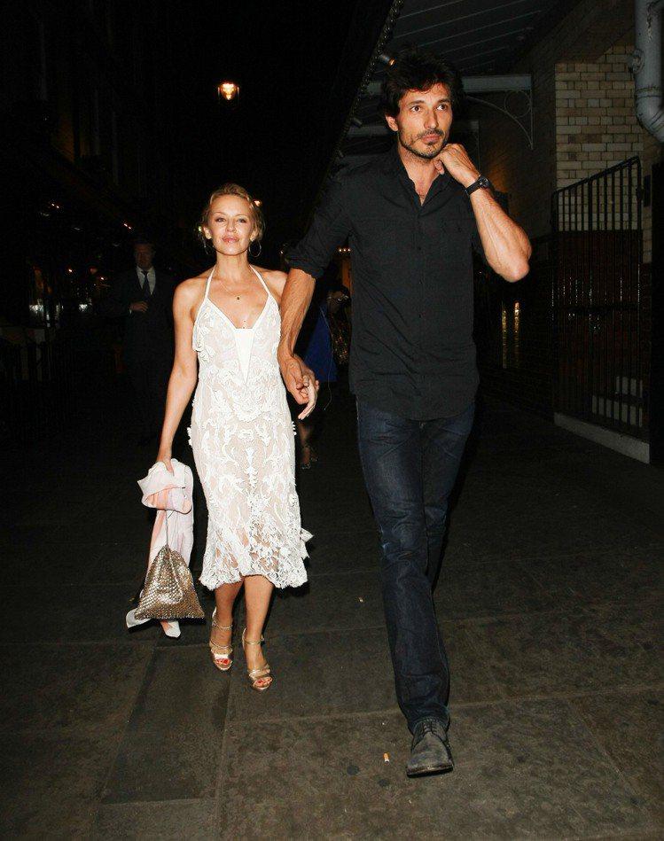 面對189公分的模特兒男友Andres Velencoso,凱莉姐還曾笑說這就是...