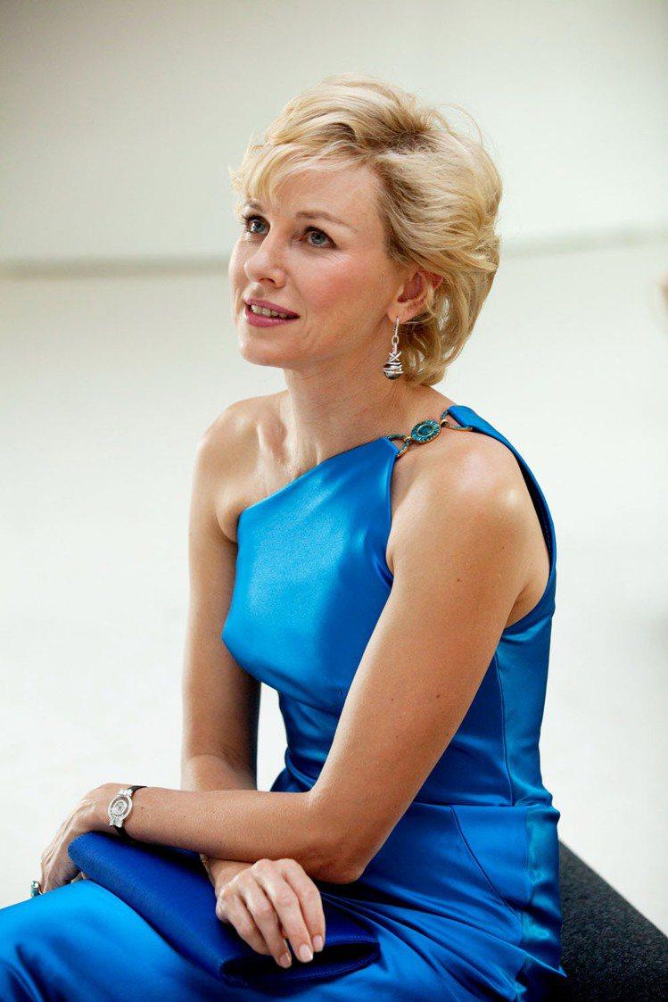 娜歐蜜華茲生動詮釋黛安娜王妃,片中配戴蕭邦特別訂製珠寶。她近日受訪時表示,在拍攝...