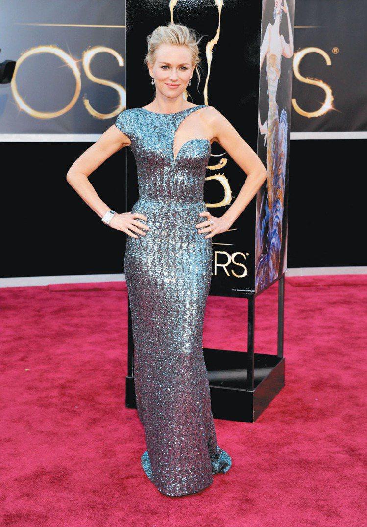娜歐蜜華茲的好演技無庸置疑,而她的時尚品味也一直備受稱讚,一襲Armani銀灰色...