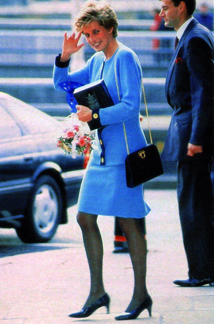黛安娜王妃是八、九○年代的時尚指標人物之一,在傳記式電影《黛妃 Diana》中也...