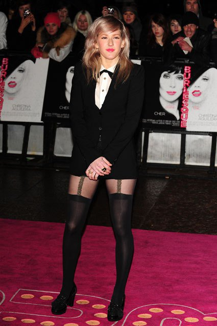 Ellie Goulding穿西裝外套、白襯衫,配上黑絲襪的造型別具特色。圖/達...
