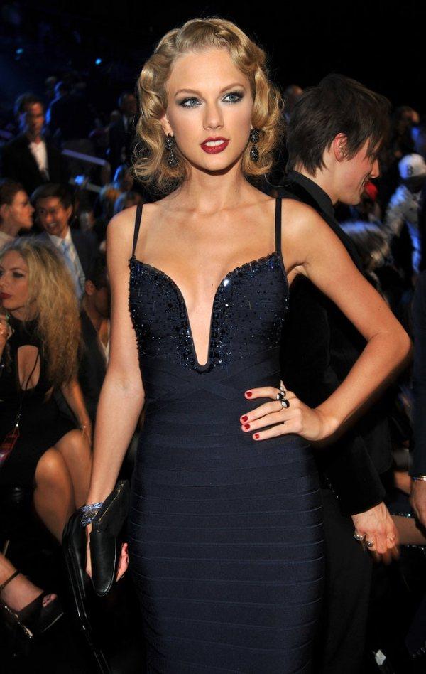 泰勒絲擦上紅唇、紅色指彩,搭深藍色洋裝與復古髮型優雅性感。圖/she.com T...
