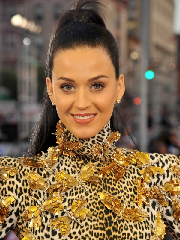凱蒂佩芮用淡妝搭狂野豹紋服飾。圖/she.com Taiwan提供