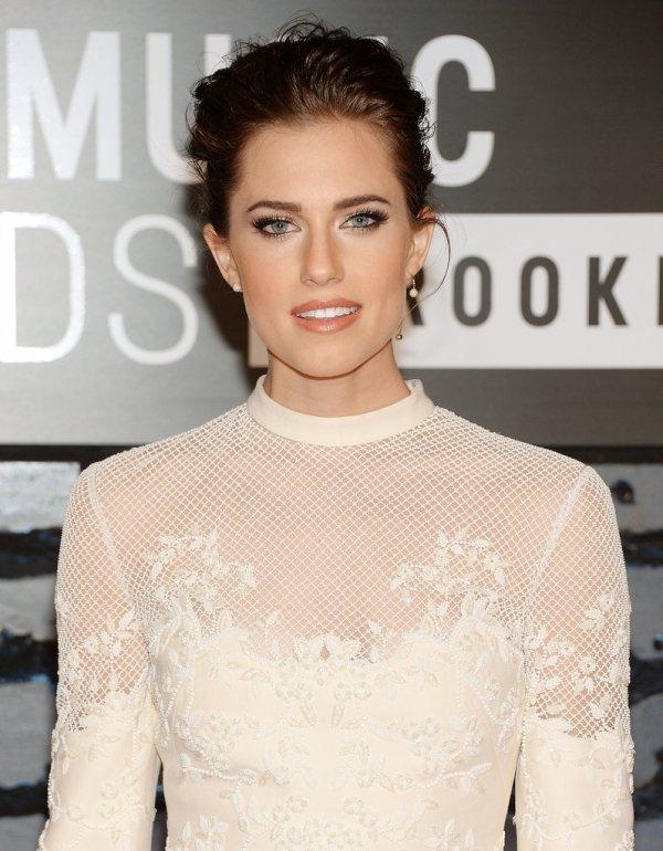艾莉森威廉姆斯乾淨妝容搭配白色系網狀蕾絲透膚洋裝,清新中帶點個性味。圖/she....