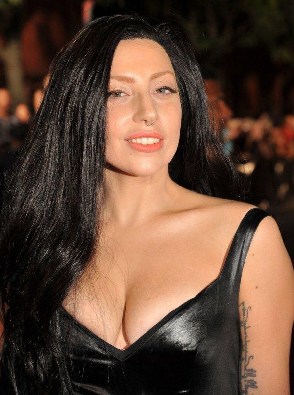 女神卡卡的黑皮衣簡約摩登,不搞怪的妝容在她臉上也顯得很另類。圖/she.com ...