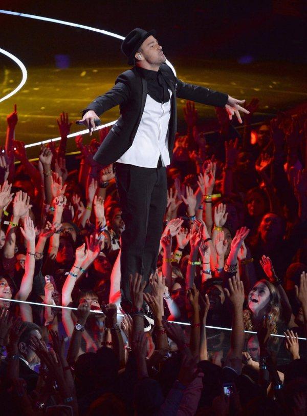 獲得「麥克傑克森先鋒獎」的賈斯汀,讓超級男孩重新合體,演出一連串16分鐘的經典舞...