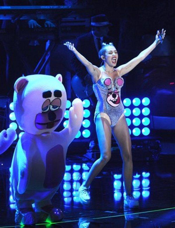熱力四射的麥莉已轉型為性感歌手,熱舞唱跳挑逗全場視覺。圖/she.com Tai...