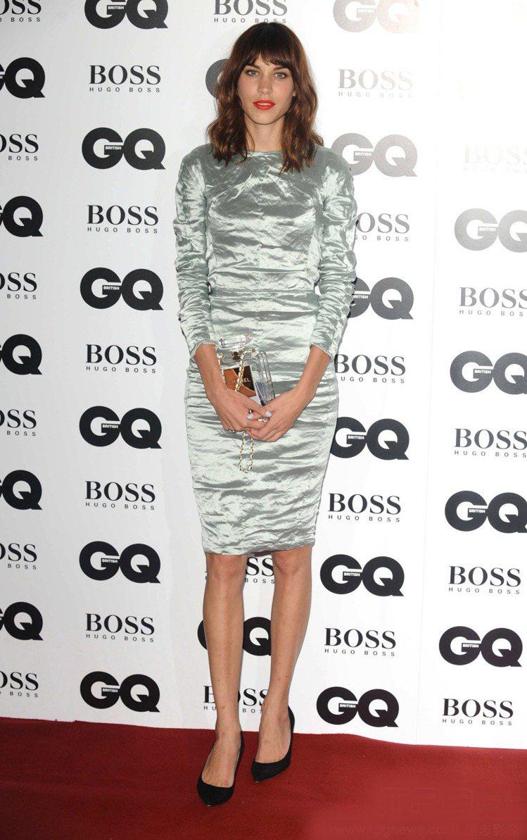 英國時尚名媛Alexa Chung 以一身Carven絲質抓皺洋裝出場,透明手拿...