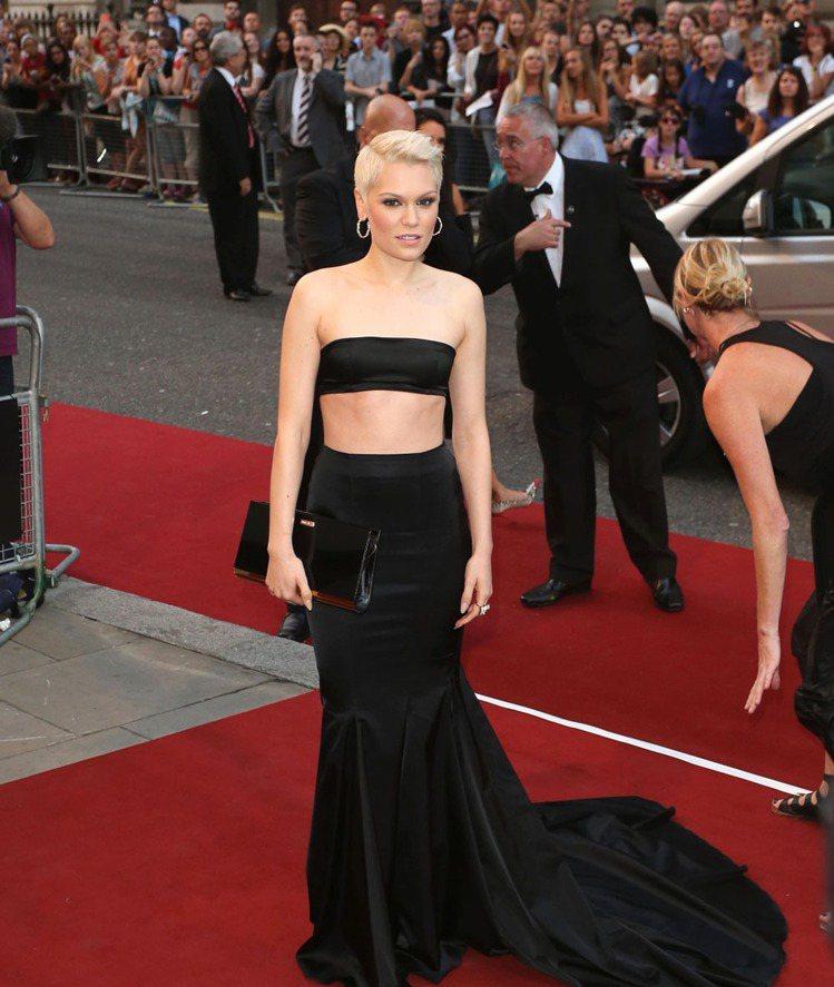 頂著超短金髮的英國歌手 Jessie J ,這次也搭上中空風,一身Persy Y...