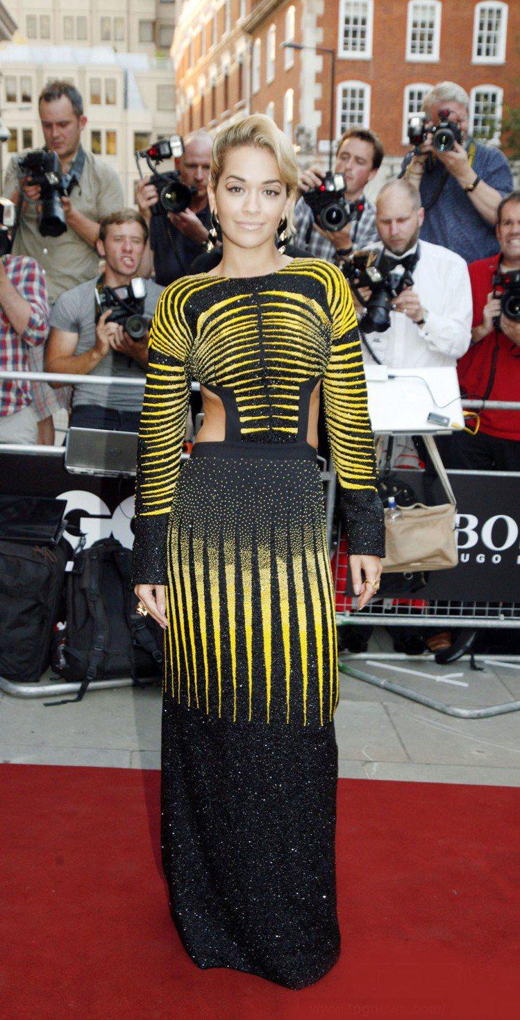 「英國蕾哈娜」Rita Ora,完美駕馭Etro黃色紋路禮服,奢華感波希米亞風格...