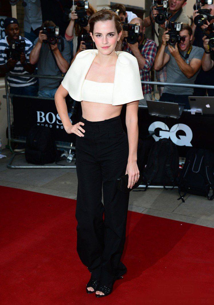 艾瑪華森(Emma Watson)以Balenciaga白色剪裁露肚裝大秀性感,...
