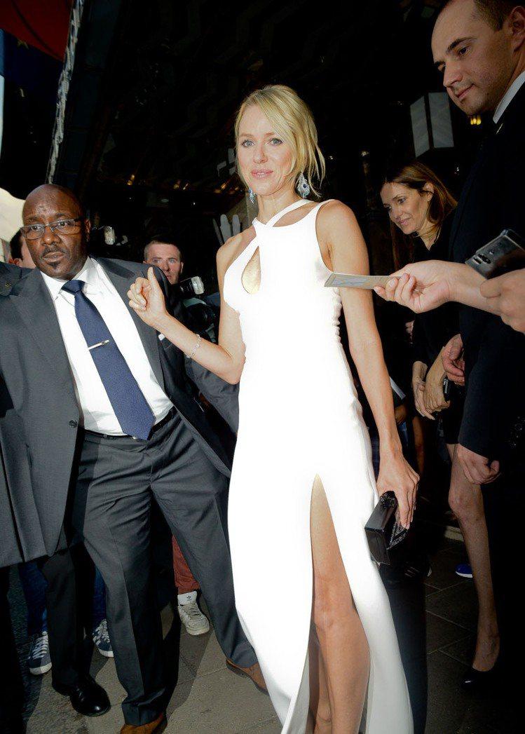 娜歐蜜華茲(Naomi Watts)一身Versace白禮服,胸前的挖空設計和開...