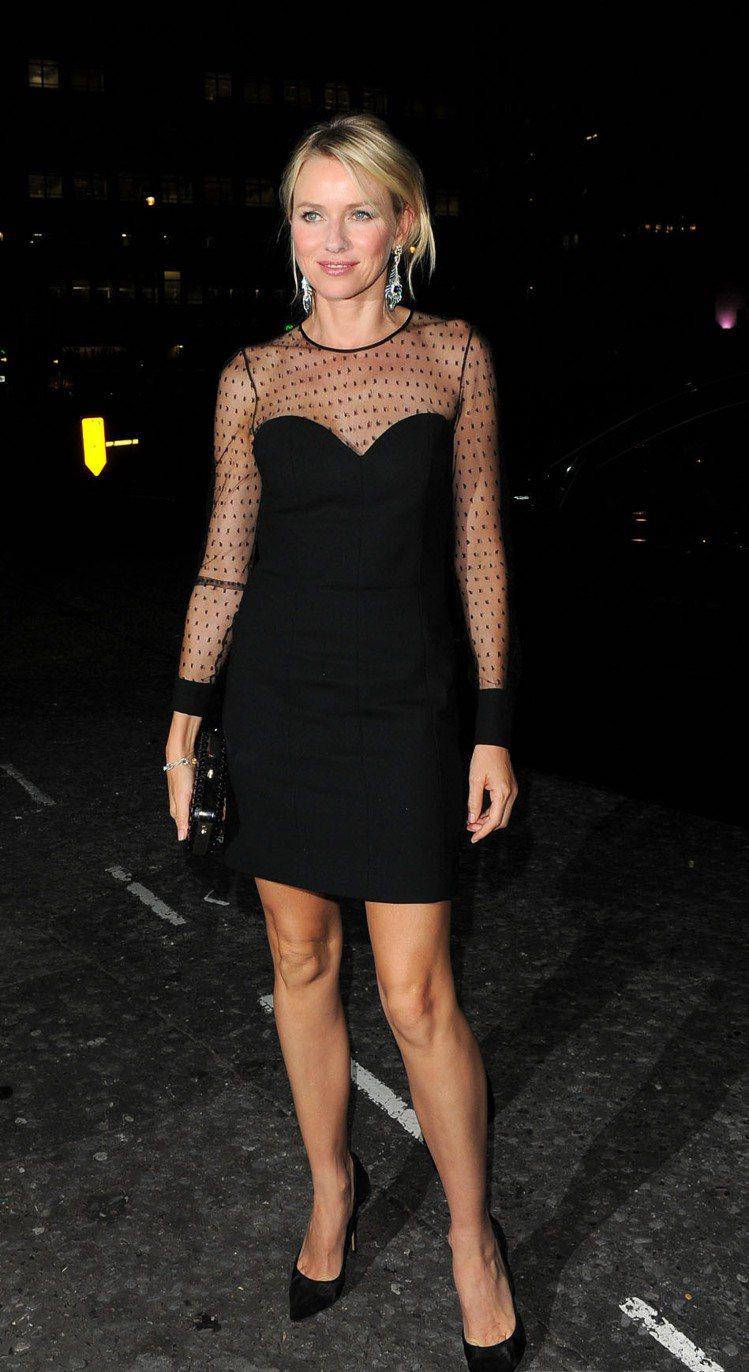 與白天的清新路線不同,娜歐蜜華茲換了套黑色小洋裝參加首映禮派對,肩部到袖子的點點...