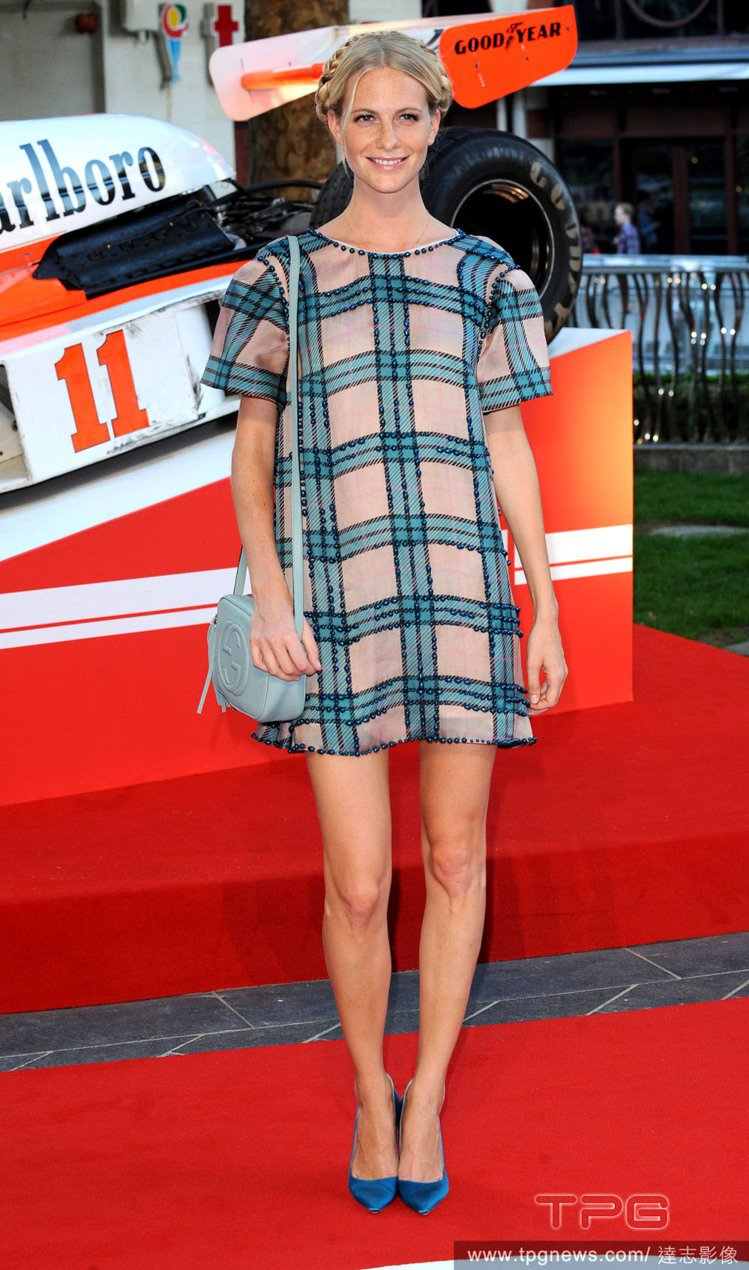 Poppy Delevingne 穿著Emilia Wickstead的格紋洋裝...