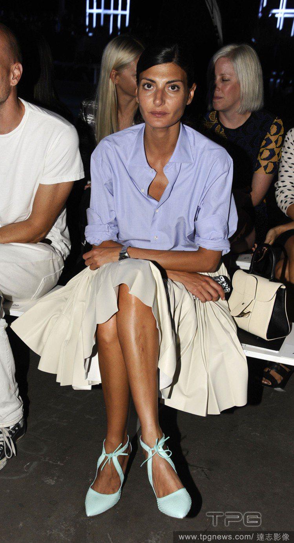 Giovanna Battaglia水藍色的開襟襯衫搭配白色A字長裙,帶點隨性的...