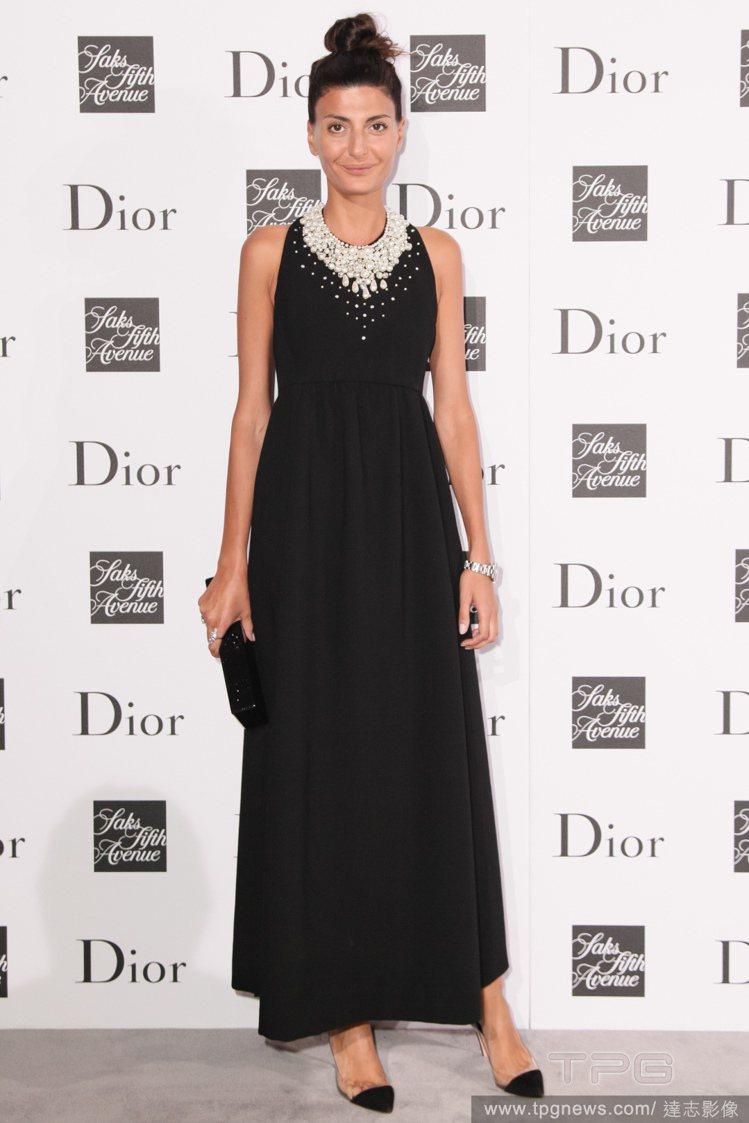 Giovanna Battaglia 穿著黑色高腰長洋裝,領口的鑽飾華麗高貴,搭...