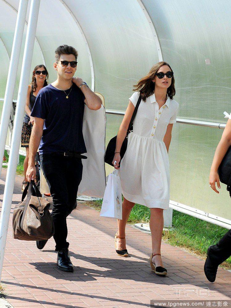 綺拉奈特莉和老公一起抵達威尼斯,一身白色襯衫洋裝散發復古溫柔氣質,搭配黑色楔形鞋...