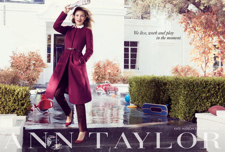 哈德森在廣告中做了許多現代女性平常會做的事,而Ann Taylor 的衣服是她最...