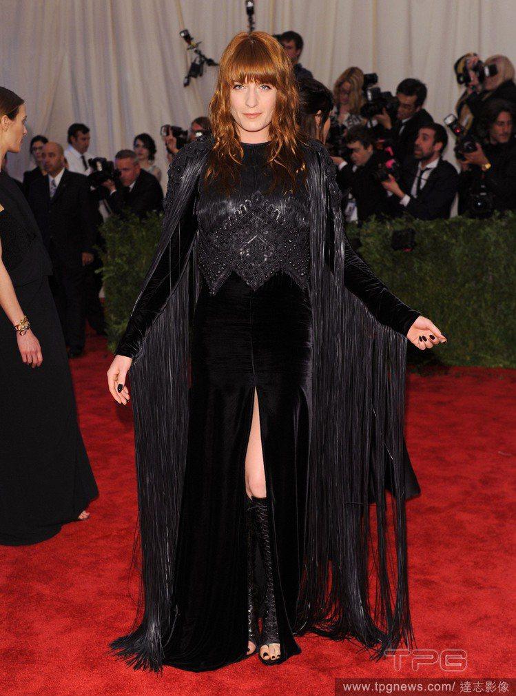 有時Florence Welch甚至真的會穿誇張的類戲服亮相,像是今年大都會博物...