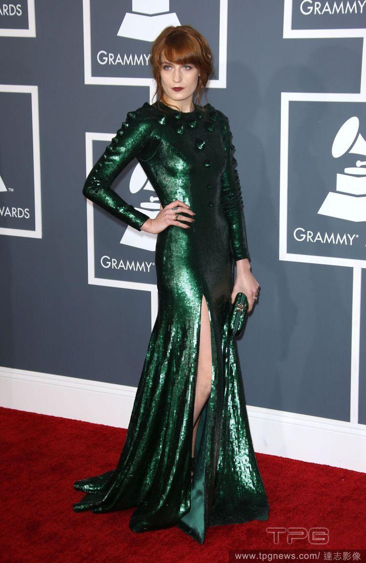 年初的葛萊美獎,Florence Welch金屬綠禮服上的立體凸出裝飾,活像科幻...