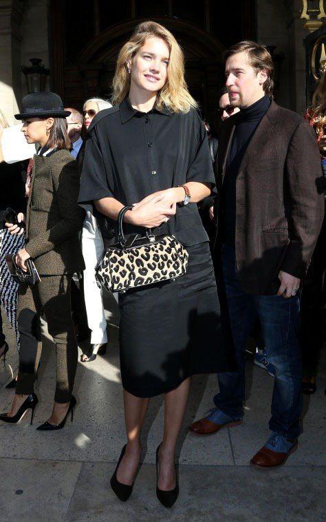Natalia Vodianova越來越有成熟女人味,穿起黑色長洋裝優雅迷人。圖...
