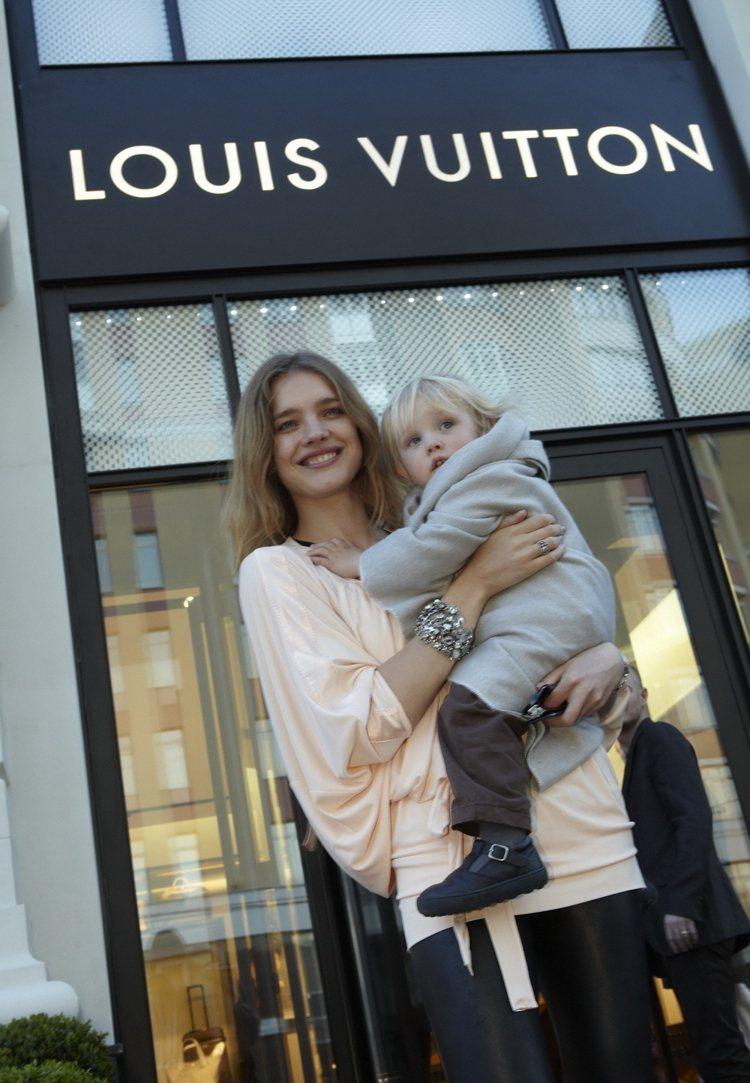 身材姣好的Natalia Vodianova早已經是孩子的媽了。圖為她09年和兒...