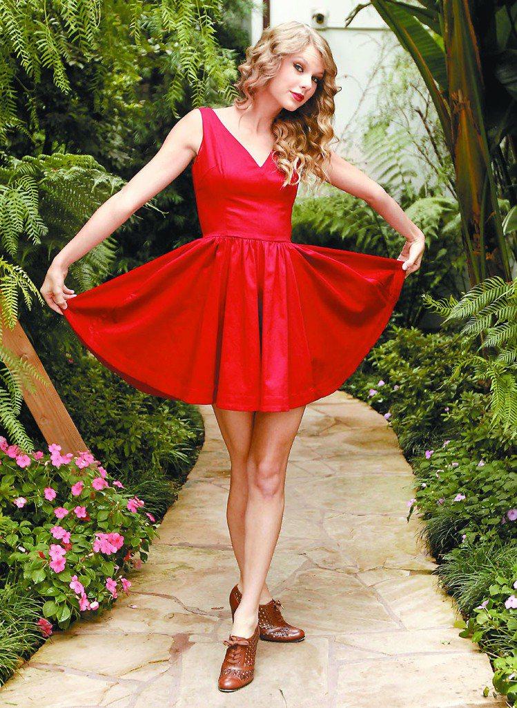 泰勒絲很喜歡穿裙子。圖/環球提供
