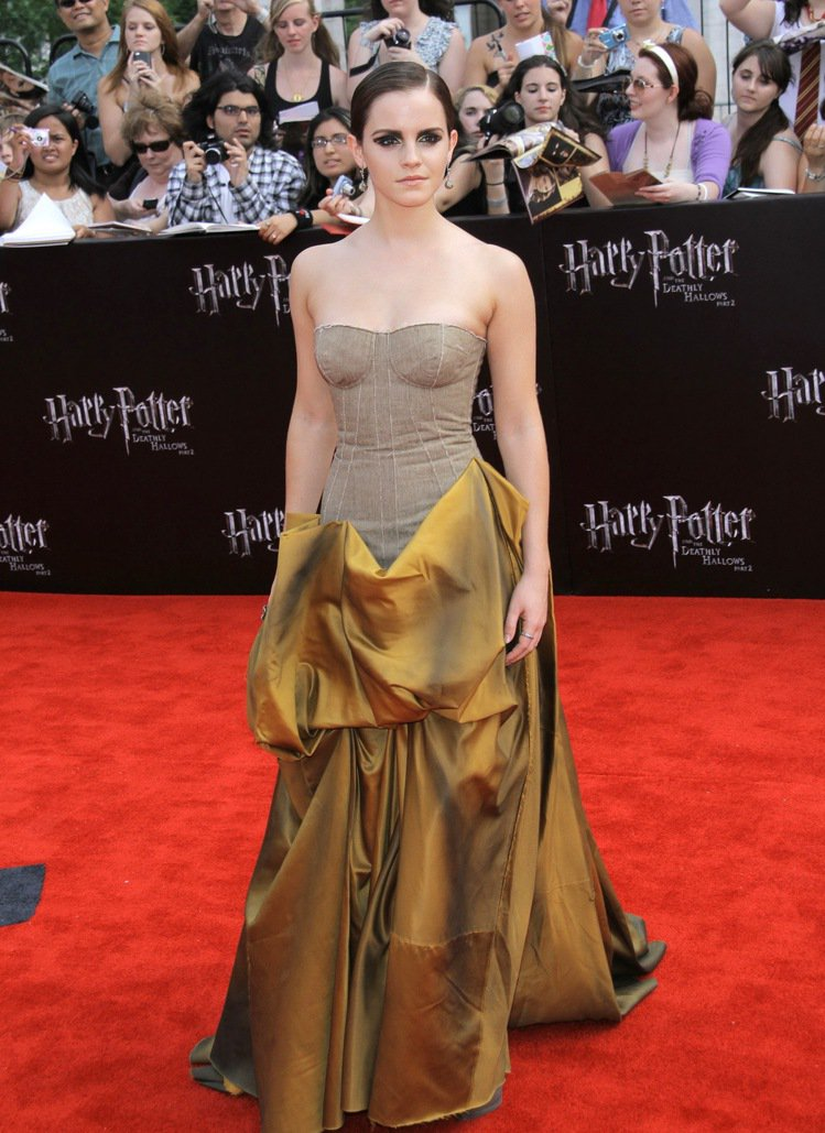 2011,艾瑪華森穿著Bottega Veneta的禮服出席《哈利波特:死神的聖...