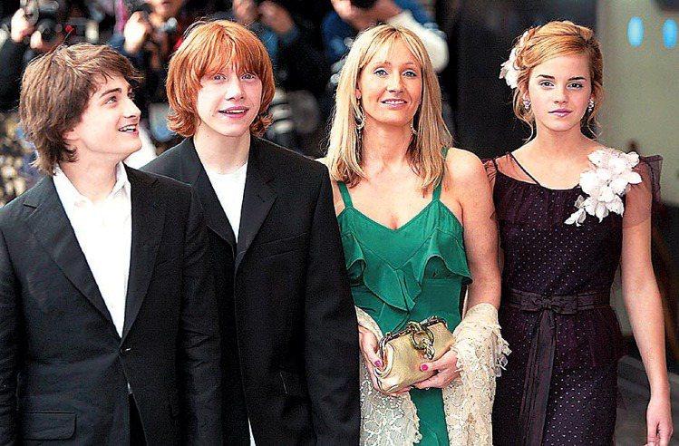2004,《哈利波特: 阿茲卡班的逃犯》在倫敦舉行首映,作者羅琳 (右二)和戲中...