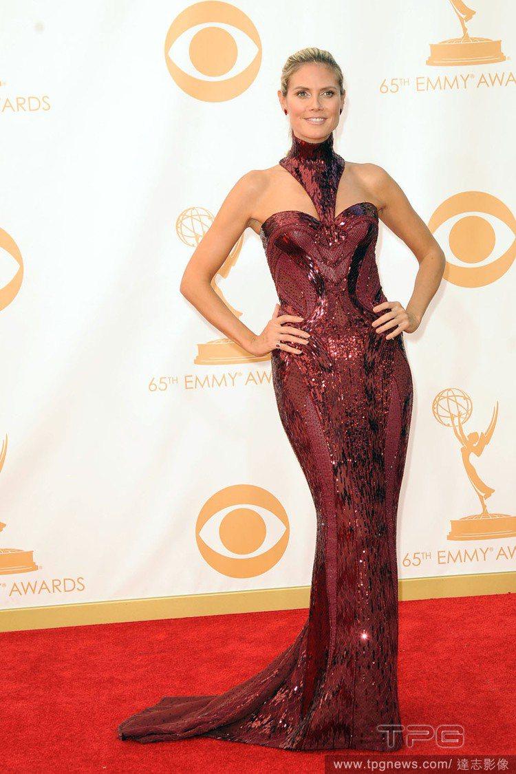 第65屆艾美獎,德國超模海蒂克隆(Heidi Klum)身穿棗紅色 Versac...